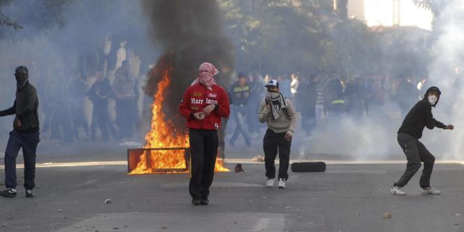 A Alger, des groupes de jeunes ont affronté les policiers avec des pierres et des bouteilles en verre.