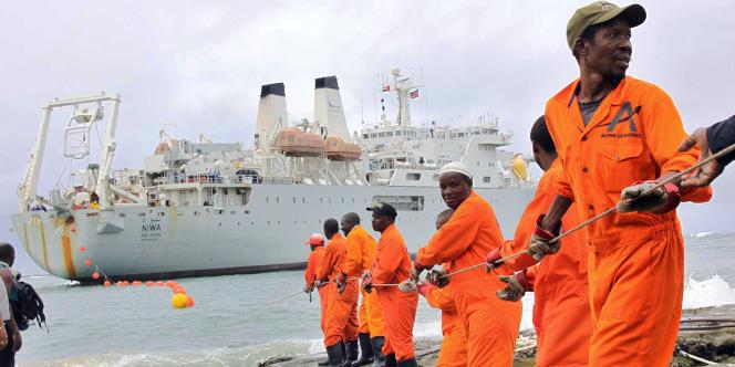 Des ouvriers posent un câble en fibre optique, au Kenya, en juin 2009.