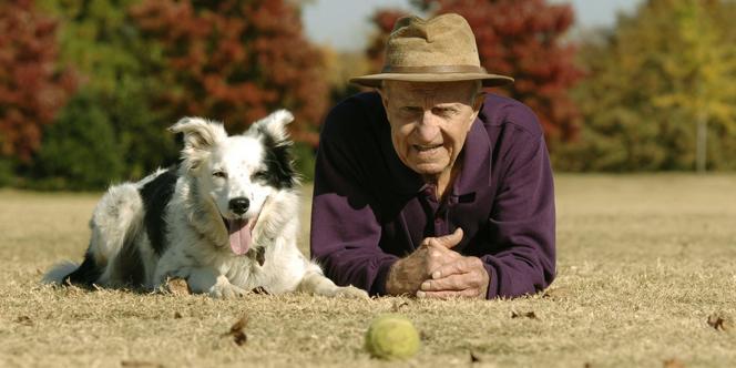 Chaser, un border collie, pose à côté de John Pilley, professeur de psychologie au Wofford College en Caroline du Sud.