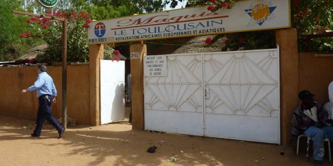 Devant le restaurant Le Toulousain, à Niamey, où deux Français ont été enlevés, vendredi 7 janvier.