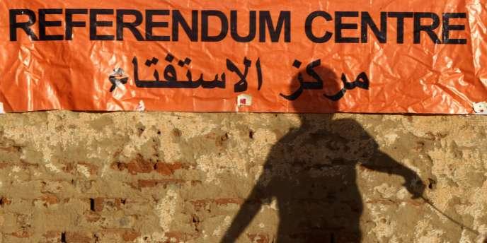 L'ombre d'un petit garçon devant un centre de vote de Khartoum, samedi 8 janvier.