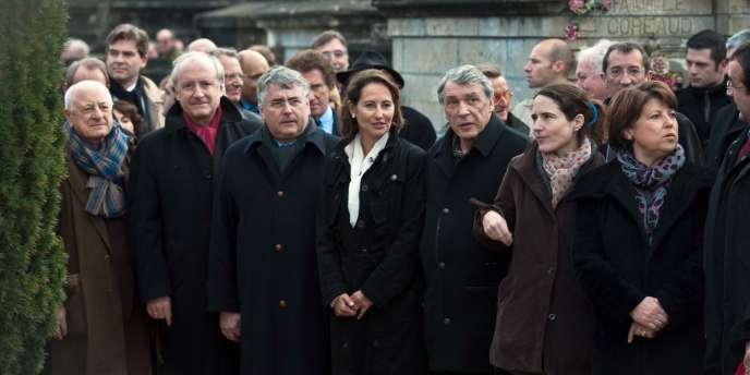 De gauche à droite : l'homme d'affaires Pierre Bergé, Hubert Védrine, Ségolène Royal, Mazarine Pingeot et Martine Aubry devant la tombe François Mitterrand.