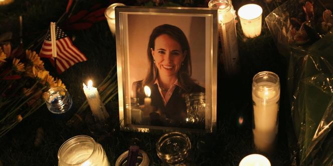 Une photo de Gabrielle Giffords déposée dans les rues de Tucson, dans la nuit de samedi 8 janvier.
