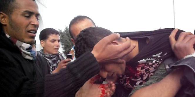 Un manifestant blessé après des affrontements avec la police, dimanche près de Sidi Bouzid.