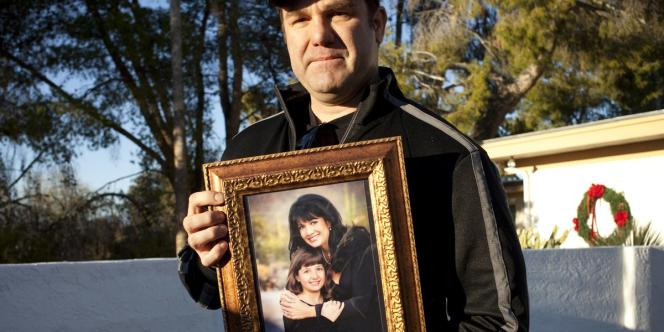 Greg Segalini porte une photo de sa nièce, Christina Green, la fillette de 9 ans qui est morte lors de la fusillade.