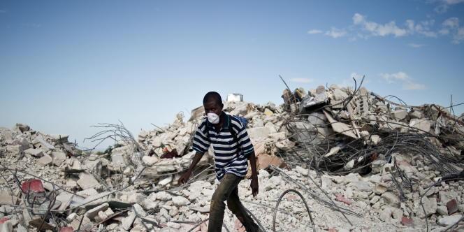 Un homme sur les ruines de Port-au-Prince, le 27 janvier 2010.