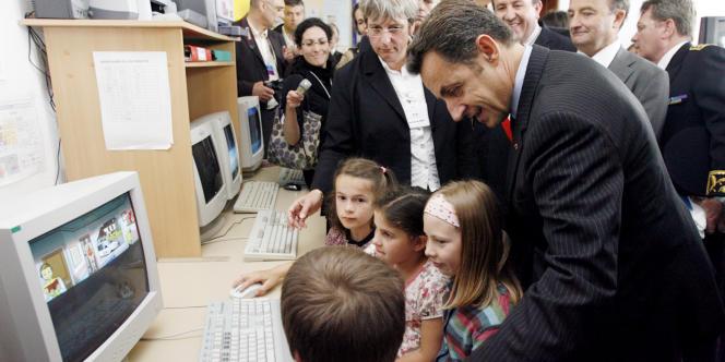 Nicolas Sarkozy lors de la visite d'une école primaire, en 2008.