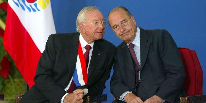 Le président Jacques Chirac s'entretient avec Gaston Flosse, président du gouvernement de la Polynésie francaise, le 26 juillet 2003, à Papeete.