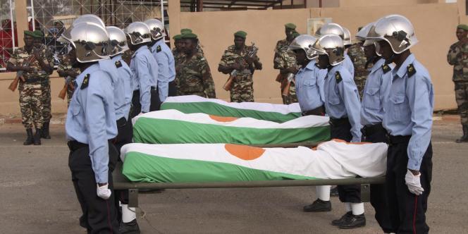 Les corps de gendarmes nigériens, tués lors d'affrontements avec des membres d'Al-Qaida au Maghreb islamique, lundi 10 janvier.