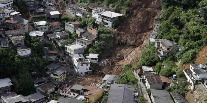 Les habitants de Teresopolis décrivent des torrent d'eau s'abattant sur la ville.