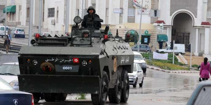 Tunis, 12 janvier 2011 : l'armée tunisienne est déployée pour la première fois dans la capitale. Négative ou positive, l'action des appareils militaires dans les pays de la région fut majeur dans les évènements depuis 2011.