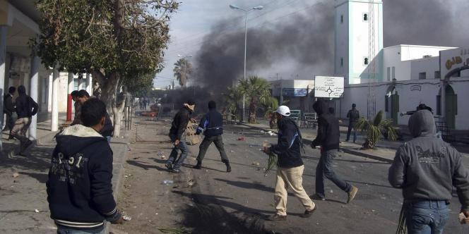 Affrontements entre jeunes manifestants et forces de l'ordre dans les rues de Regueb, en Tunisie, dimanche 9 janvier.