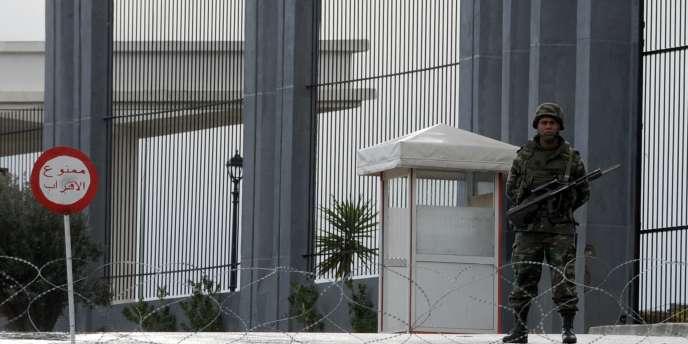 Un soldat tunisien devant la station de télévision officielle, mercredi 12 janvier.