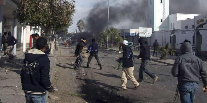 Des manifestants et les forces de l'ordre se sont affrontés dans le centre de Tunis, mercredi. Pour la première fois depuis le déclenchement des affrontements, l'armée a été déployée dans la capitale.