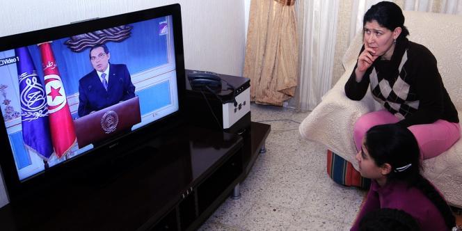Une famille tunisienne écoute le discours du président Ben Ali, jeudi 13 janvier.