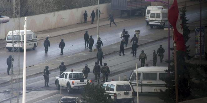Policiers et militaires dans le quartier d'Ettadhamen, dans la banlieue ouest de Tunis, le 12 janvier 2011.