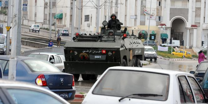 Un blindé dans le quartier d'Ettadhamen, le 12 janvier 2011.