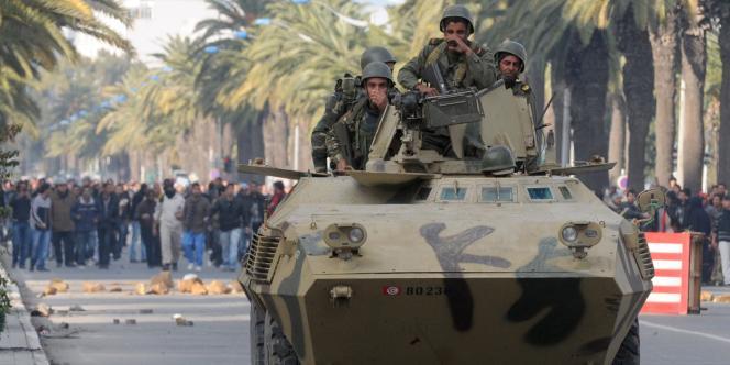 Des blindés avenue Mohamed-V, à Tunis, vendredi.