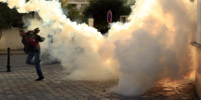 La police a dispersé les manifestants par des tirs de gaz lacrymogènes.