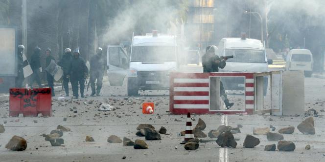 Les émeutes ont pris de l'ampleur, vendredi, à Tunis.