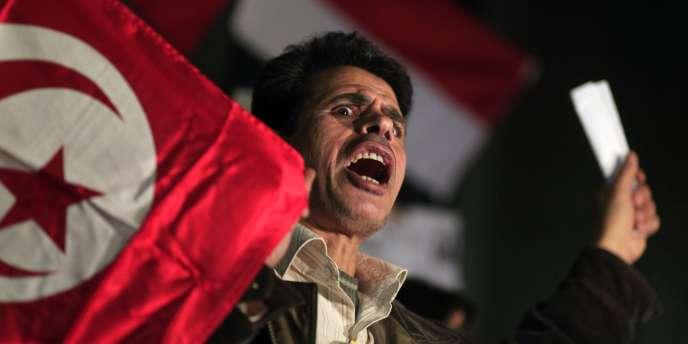 Un activiste égyptien participe à un rassemblement de soutien au soulèvement tunisien, le 15 janvier au Caire.