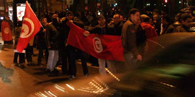 Réunis à proximité de l'ambassade de Tunisie, les manifestants se réjouissaient du départ de Ben-Ali.