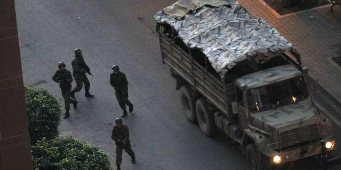L'une des rares photos montrant les soldats des forces régulières engagées contre des milices apparemment fidèles au président déchu Zine El-Abidine Ben Ali.