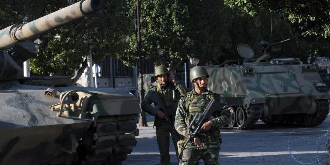 Cette attaque a eu lieu presque un an jour pour jour après une embuscade tendue à des soldats, également pendant le ramadan, sur le mont Chaambi, où l'armée tunisienne traque depuis décembre2012 un groupe armé suspecté d'être lié à Al-Qaida.