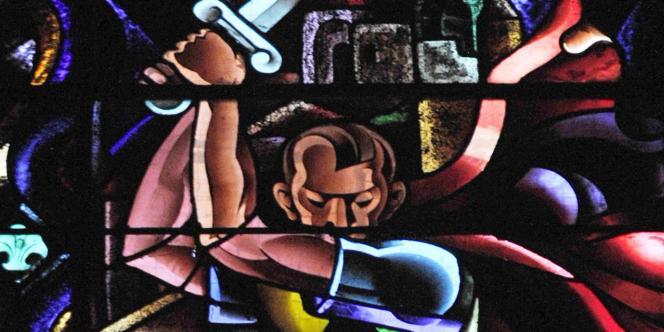 La mèche sur le côté et, à peine visible, la moustache : au-dessus de l'autel de l'église de Montgeron (sud de Paris), un vitrail inauguré en juillet 1941, représente Adolf Hitler en roi Hérode massacrant Saint Jacques.