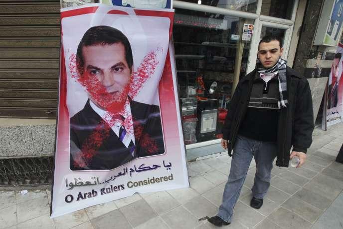 Un portrait du président Ben Ali, barré d'une croix, en janvier 2011.