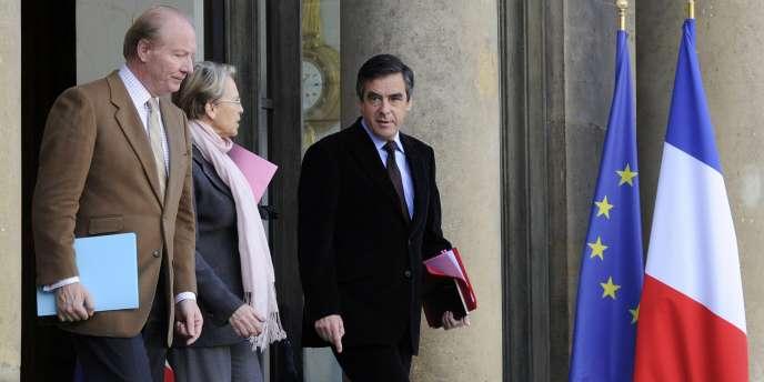 Brice Hortefeux, ministre de l'intérieur, Michèle Alliot-Marie, ministre des affaires étrangères et le premier ministre François Fillon, à l'Elysée samedi 15 janvier, après une réunion interministérielle sur la Tunisie.