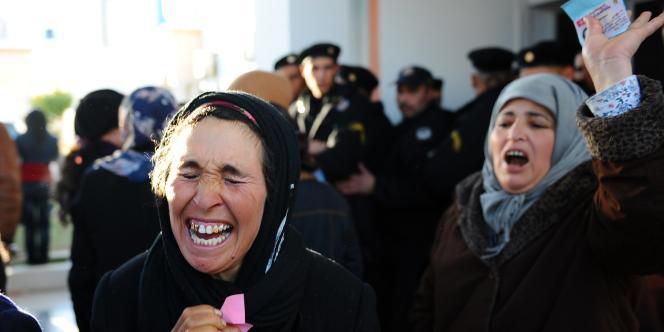 Les habitants de Sidi Bouzid ont été le fer de lance de la contestation en Tunisie. Ici, des femmes attendent de rencontrer le gouverneur de la région, devant la préfecture de Sidi Bouzid.