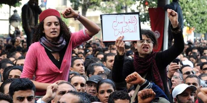 Manifestation devant le ministère de l'intérieur, à Tunis, vendredi matin 14 janvier, avant le départ de Zine El-Abidine Ben Ali.