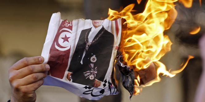 Une photo de l'ancien président Ben Ali brûlée à Marseille, samedi 15