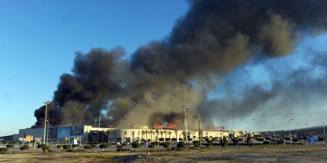 Des flammes s'échappent d'un supermarché près de Tunis, le 15 janvier.