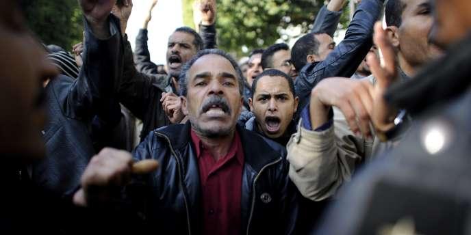 Lundi, des Tunisiens ont manifesté pour obtenir la dissolution du parti du président déchu Ben Ali.