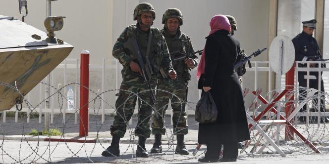 Un barrage de l'armée à Tunis, samedi 15 janvier.