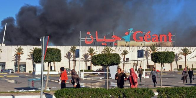 Un supermarché de Bizerte en feu après sa mise à sac, le 15 janvier.