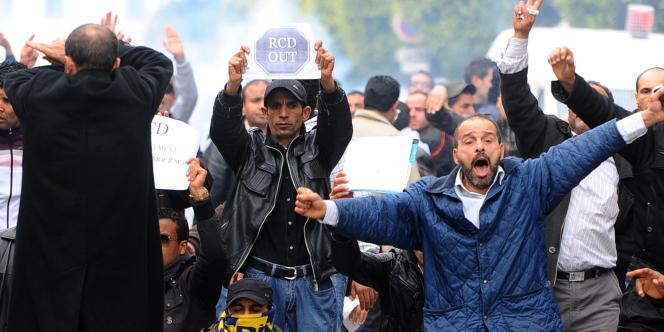 Une centaine de Tunisiens qui manifestaient contre le gouvernement de transition de Mohamed Ghannouchi ont été dispersés par la police, à Tunis, mardi 18 janvier.