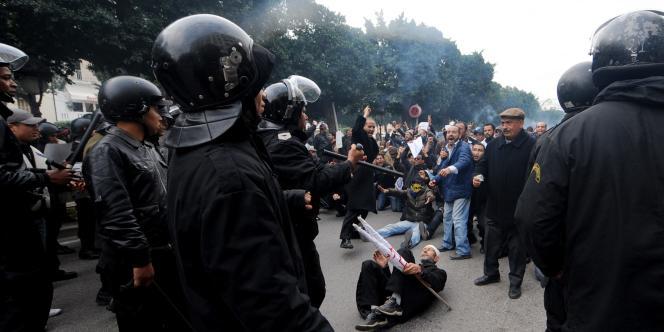 Dans la capitale, la police a violemment dispersé un millier de manifestants, parmi lesquels des islamistes.