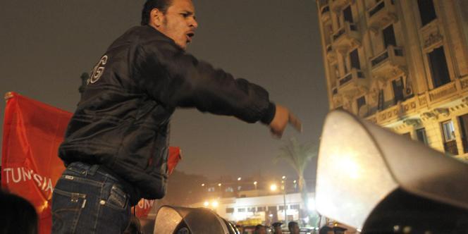 Une manifestation antigouvernementale et de soutien à Abou Abdel Monem, propriétaire d'une sandwicherie qui s'est immolé devant le Parlement, le lundi 17 janvier, au Caire.