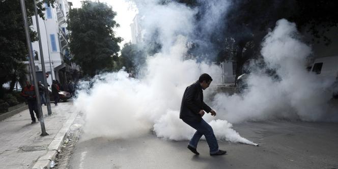 A Tunis, la police a appelé les manifestants à se disperser avant de tirer des gaz lacrymogènes.