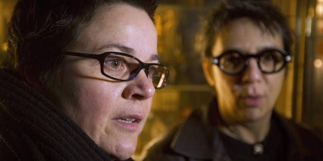 Corinne et Sophie, devant le Conseil constitutionnel, qui examine leur requête sur le mariage homosexuel, mardi 18 janvier 2011.