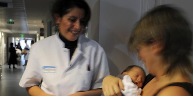 Une sage-femme discute avec une maman, le 16 Novembre 2009 à la maternité du CHU de Bordeaux.