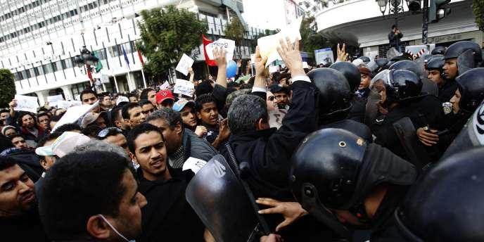 Plus de mille Tunisiens manifestaient mercredi matin 19 janvier, dans le centre de la capitale, pour protester contre le gouvernement de transition mis en place lundi.