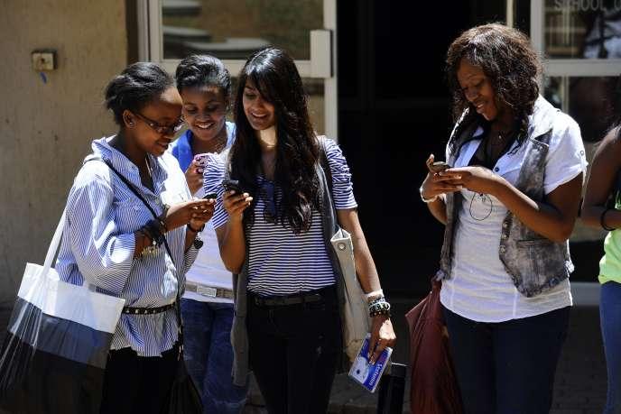 En Afrique du Sud, les élèves étudient l'anglais et les mathématiques sur leur téléphone portable.