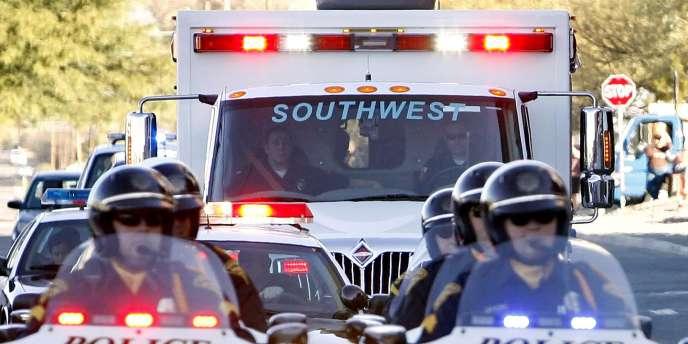 Tout au long du parcours de l'ambulance, des badauds brandissaient des pancartes souhaitant un prompt rétablissement à la parlementaire.
