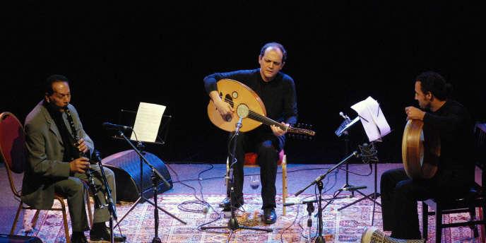 Le musicien tunisien, Anouar Brahem (au centre), lors d'un concert à Abou Dhabi, en 2008.