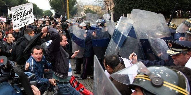 Les policiers ont fait usage de gaz lacrymogènes et de canons à eau pour disperser les manifestants.