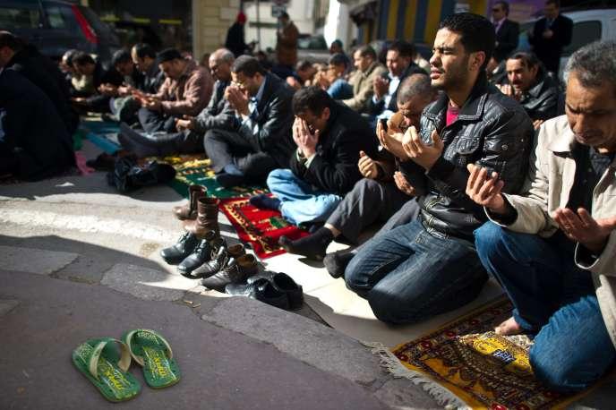 Des fidèles dans un mosquée du centre de Tunis, le 21 janvier 2011.